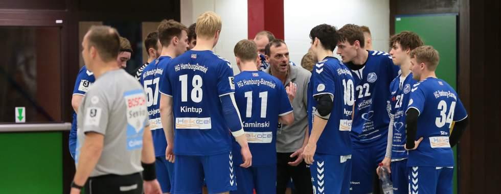Trainer Tobias Skerka gibt Anweisungen im Timeout